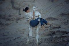 Το γλυπτό ενός άνδρα κρατά μια γυναίκα στοκ εικόνα με δικαίωμα ελεύθερης χρήσης