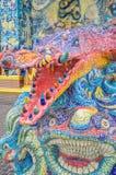Το γλυπτό κροκοδείλων διακοσμήθηκε με το βερνικωμένο κεραμίδι Στοκ Εικόνα