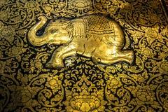 Το γλυπτό ορείχαλκου ως ταϊλανδικούς ελέφαντα και λουλούδι Στοκ Φωτογραφία