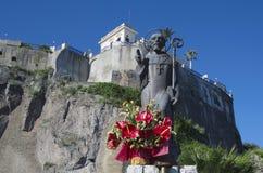 Το γλυπτό του ST Antonino Abate και κόκκινο anthurium ανθίζει σε Σορέντο, Ιταλία Στοκ εικόνες με δικαίωμα ελεύθερης χρήσης