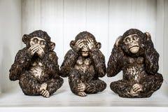 Το γλυπτό τριών πιθήκων ακούει ότι μιλήστε βλέπει Στοκ Εικόνες
