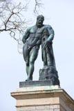 Το γλυπτό Hercules στη στοά του Cameron, νεφελώδης ημέρα Απριλίου Πετρούπολη Άγιος Στοκ Φωτογραφίες