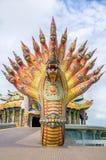 Το γλυπτό Naga διακοσμήθηκε με το βερνικωμένο κεραμίδι Στοκ Εικόνες