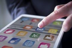 το δάχτυλο αγγίζει την ψηφιακή ταμπλέτα Στοκ Φωτογραφίες