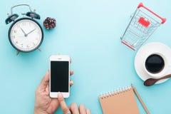 Το δημιουργικό επίπεδο βάζει των χεριών γυναικών χρησιμοποιώντας το smartphone, σε απευθείας σύνδεση έννοια αγορών Στοκ εικόνα με δικαίωμα ελεύθερης χρήσης