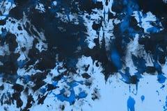 Το δημιουργικό μπλε grunge χρωμάτισε τυχαία τον καμβά, το ύφασμα με τα σημεία χρωμάτων χρώματος και τη σύσταση λεκέδων για τη χρή απεικόνιση αποθεμάτων