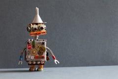 Το δημιουργικό παιχνίδι ρομπότ σχεδίου με τη χοάνη χοανών μετάλλων, εργαλεία ροδών βαραίνω ασημώνει το μεταλλικό σώμα Γκρίζα ανασ Στοκ Φωτογραφία