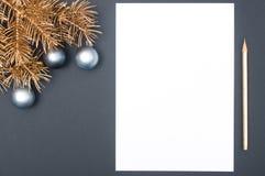 Το δημιουργικό σχέδιο διακοσμήσεων με το χρυσό χριστουγεννιάτικο δέντρο διακλαδίζεται, μπιχλιμπίδια και μολύβι με το διάστημα αντ στοκ εικόνα με δικαίωμα ελεύθερης χρήσης