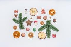 Το δημιουργικό σχεδιάγραμμα Χριστουγέννων που γίνεται με το έλατο διακλαδίζεται, ξηροί καρποί, χειμερινά καρυκεύματα και καραμέλε Στοκ φωτογραφία με δικαίωμα ελεύθερης χρήσης
