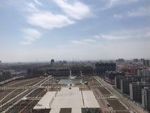 Το δημοτικό τετράγωνο απέναντι από το κέντρο υπηρεσιών της Κίνας Wuyang για τους ανθρώπους στοκ φωτογραφίες με δικαίωμα ελεύθερης χρήσης