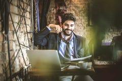Το διάλειμμα είναι χρόνος να ελεγχθεί η γραφική εργασία business man young Στοκ Εικόνες