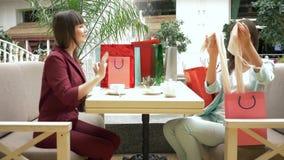 Το διάλειμμα στις αγορές, μοντέρνη κυρία πίνει το τσάι στο εστιατόριο καυχάται για τις αγορές στις εποχιακές πωλήσεις και απόθεμα βίντεο