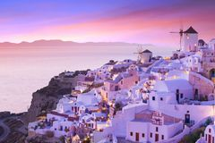 Το διάσημο ηλιοβασίλεμα σε Santorini Oia στο χωριό Στοκ φωτογραφία με δικαίωμα ελεύθερης χρήσης