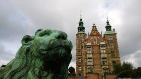 Το διάσημο κάστρο Rosenborg στην κεντρική Κοπεγχάγη Άγαλμα λιονταριών στην εστίαση στο πρώτο πλάνο Δανία Στοκ εικόνες με δικαίωμα ελεύθερης χρήσης