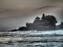 Το διάσημο μέρος Tanah ναών που στηρίζεται σε στηριγμένο σε ένα δύσκολο νησί στη μέση του νερού στο ηλιοβασίλεμα Bal, Ινδονησία στοκ εικόνες