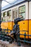 Το διάσημο μικρό άγαλμα πριγκηπισσών που δημιουργείται από τη συνεδρίαση του Laszlo Marton στα κιγκλιδώματα του περιπάτου Δούναβη στοκ φωτογραφία