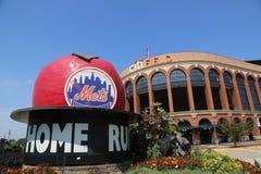 Το διάσημο σπίτι σταδίων του Shea τρέχει τη Apple σε Mets Plaza μπροστά από τον τομέα Citi, σπίτι της ομάδας Major League Basebal Στοκ Φωτογραφίες