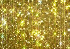 Το διαμάντι λάμπει σε ένα χρυσό υπόβαθρο στοκ εικόνα