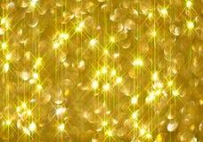 Το διαμάντι λάμπει σε ένα χρυσό υπόβαθρο στοκ φωτογραφία με δικαίωμα ελεύθερης χρήσης