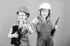 Το διαμέρισμά σας είναι όπως νέο μικρά κορίτσια που επισκευάζουν μαζί στο εργαστήριο r επιχείρηση ομαδικής εργασίας Παιδάκια μέσα στοκ εικόνα με δικαίωμα ελεύθερης χρήσης