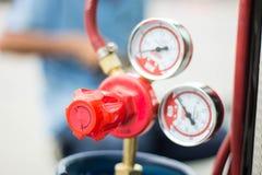 Το διαμέτρημα και η βαλβίδα πίεσης στα LPG τοποθετούν σε δεξαμενή στοκ εικόνες με δικαίωμα ελεύθερης χρήσης