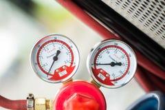 Το διαμέτρημα και η βαλβίδα πίεσης στα LPG τοποθετούν σε δεξαμενή στοκ φωτογραφία