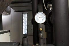 Το διαμέτρημα και το θερμόμετρο πίεσης στον κρύο σωλήνα νερού στο σύστημα όρου αέρα στοκ εικόνα με δικαίωμα ελεύθερης χρήσης