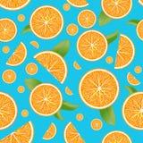Το διανυσματικό πραγματικό τεμαχισμένο πορτοκάλι αφήνει το άνευ ραφής σχέδιο στοκ εικόνες