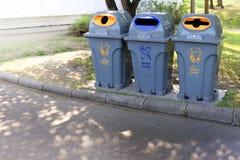 Το δοχείο, Trashcan, πλαστικά σαφή απορρίμματα δοχείων αποβλήτων περπατά λοξά στο δημόσιο, πλαστικό δοχείο κήπων για τα απόβλητα  στοκ φωτογραφίες