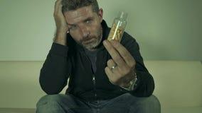 Το δραματικό πορτρέτο των νέων ελκυστικών καταθλιπτικών και σπαταλημένων χαπιών εθίζει το άτομο που κρατά την καταπραϋντική συνεδ απόθεμα βίντεο