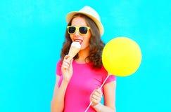 Το δροσερό κορίτσι δοκιμάζει το παγωτό που φορά ένα καπέλο αχύρου και μια ρόδινη μπλούζα Στοκ εικόνα με δικαίωμα ελεύθερης χρήσης