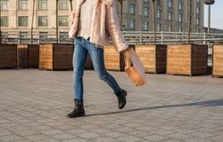 Το δυναμικό μοντέρνο κορίτσι πηγαίνει με τις έξω--πόρτες τσαντών Στοκ Φωτογραφία