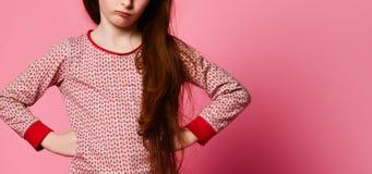 Το δυσαρεστημένο μικρό κορίτσι στις πυτζάμες ξύπνησε επάνω και 0 για σας στοκ φωτογραφία με δικαίωμα ελεύθερης χρήσης