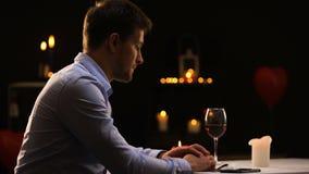 Το δυστυχισμένο άτομο που εκρήγνυται σημαδεύει και που αφήνει το εστιατόριο, ανεπιτυχής ημερομηνία φιλμ μικρού μήκους