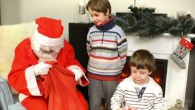 το δόσιμο Claus παιδιών παρου&sig απόθεμα βίντεο