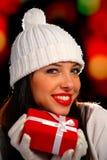 το δώρο δίνει τη γυναίκα π&omicr Στοκ εικόνα με δικαίωμα ελεύθερης χρήσης