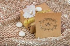 Το δώρο συσκεύασε στο kraftova το έγγραφο με τα ιώδη και άσπρα στρογγυλά γλυκά Στοκ Φωτογραφίες
