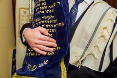 Το εβραϊκό άτομο διακοπών έντυσε στον τελετουργικό ιματισμό Στοκ φωτογραφία με δικαίωμα ελεύθερης χρήσης