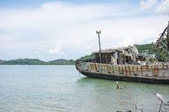 Το εγκαταλειμμένο σκάφος προσαραγμένο στην ακτή και έχει το νεφελώδη ουρανό θάλασσας, θάλασσα, MO Στοκ Εικόνες