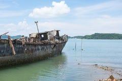 Το εγκαταλειμμένο σκάφος προσαραγμένο στην ακτή και έχει το νεφελώδη ουρανό θάλασσας, θάλασσα, MO Στοκ Φωτογραφίες