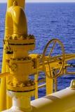 Το εγχειρίδιο βαλβίδων λειτουργεί στην πλατφόρμα πετρελαίου και φυσικού αερίου Διαδικασία παραγωγής Στοκ Εικόνες