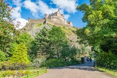 Το Εδιμβούργο Castle ένα θερινό απόγευμα όπως βλέπει από την οδό πριγκήπων καλλιεργεί, Σκωτία στοκ φωτογραφία με δικαίωμα ελεύθερης χρήσης