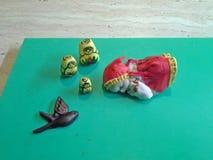 Το εδώδιμα fondant παραδοσιακά ρωσικά matrioshka και τα λουλούδια κοριτσάκι ύπνου συσσωματώνουν το άριστο για το κέικ Στοκ Εικόνες