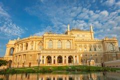 Το εθνικό ακαδημαϊκό θέατρο της Οδησσός της υπαίθριας άποψης πρωινού οπερών και μπαλέτου με τις αντανακλάσεις στοκ φωτογραφίες με δικαίωμα ελεύθερης χρήσης