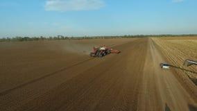 Το ειδικό τρακτέρ και συνδυάζει Γεωργία αγρονομίας Άποψη διαγώνιος-περικοπών των γεωργικών μηχανημάτων από τον αέρα απόθεμα βίντεο