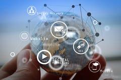 το εικονίδιο στην ξύλινη σφαίρα του ιστοχώρου και Διαδίκτυο μας έρχονται σε επαφή με σελίδα συμπυκνωμένη Στοκ φωτογραφία με δικαίωμα ελεύθερης χρήσης