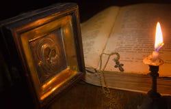 Το εικονίδιο της Virgin Mary, ένας σταυρός σε μια αλυσίδα και ένα ανοικτό ψαλτήρι Στοκ εικόνες με δικαίωμα ελεύθερης χρήσης