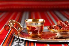 Το εικονικό τσάι και οι ημερομηνίες υφάσματος Abrian συμβολίζουν την αραβική φιλοξενία στοκ φωτογραφία με δικαίωμα ελεύθερης χρήσης