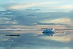 Το λειώνοντας παγόβουνο στη λίμνη βουνών άνοιξη στον ήλιο ρύθμισης Στοκ εικόνες με δικαίωμα ελεύθερης χρήσης