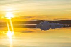 Το λειώνοντας παγόβουνο στη λίμνη βουνών άνοιξη στον ήλιο ρύθμισης Στοκ εικόνα με δικαίωμα ελεύθερης χρήσης
